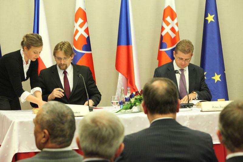 Podpis mezivládní dohody  123